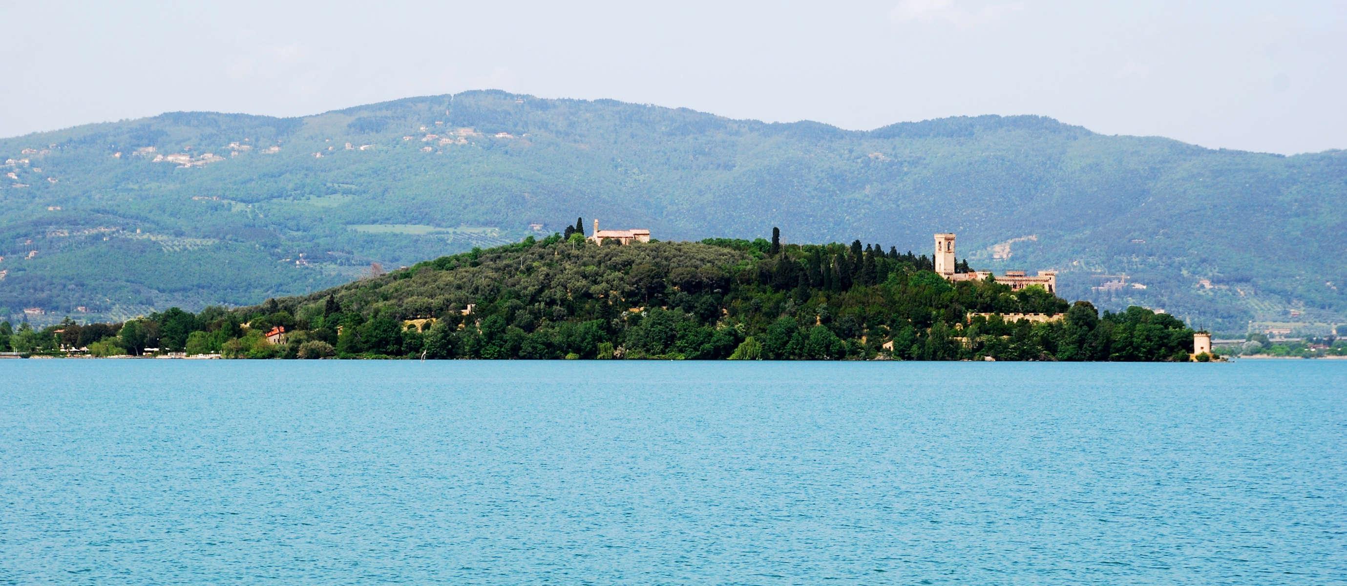 Panorama del lago trasimeno ed isola Maggiore