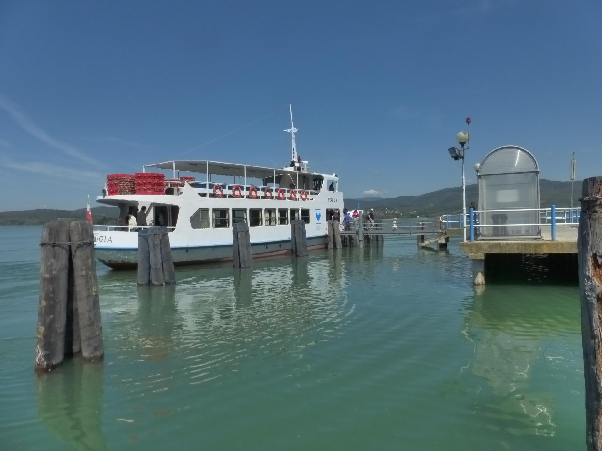 traghetto lago Trasimeno attracca all'isola