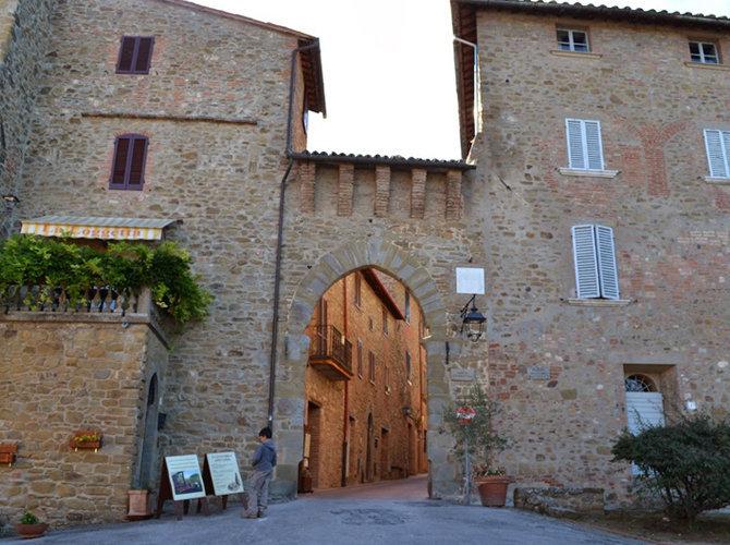 Porta di ingresso del borgo medievale di Paciano Umbria