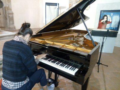 """Panicale – Con """"Visioni musicali"""" le Sonate di Beethoven diventano disegni sulla sabbia"""