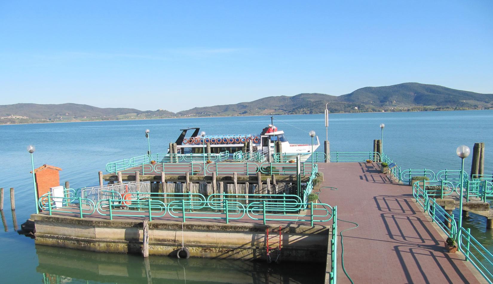 Traghetto attracca al molo dell'isola